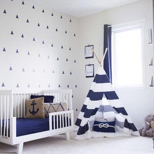 Idee per una cameretta per bambini da 1 a 3 anni stile rurale di medie dimensioni con pareti bianche, moquette e pavimento bianco