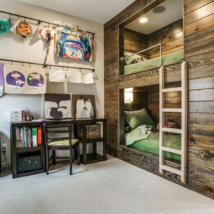 Bild på ett lantligt könsneutralt barnrum kombinerat med sovrum, med grå väggar och heltäckningsmatta
