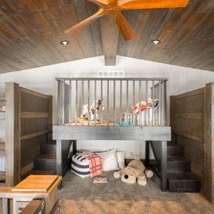 Großes Rustikales Kinderzimmer mit Teppichboden, Spielecke und beiger Wandfarbe in Cedar Rapids