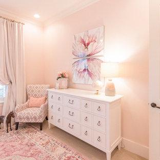 Idéer för ett mellanstort klassiskt flickrum kombinerat med sovrum och för 4-10-åringar, med rosa väggar, heltäckningsmatta och beiget golv