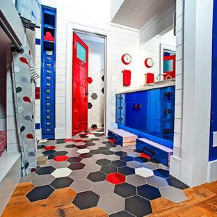 Inspiration pour une chambre d'enfant de 4 à 10 ans chalet de taille moyenne avec un mur blanc et un sol rouge.