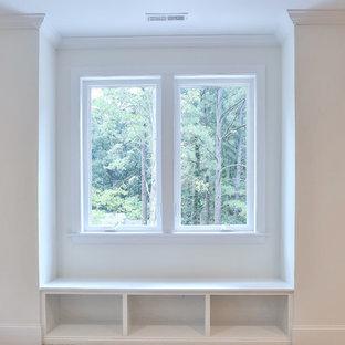 Idee per una cameretta per bambini stile americano di medie dimensioni con pareti bianche, moquette e pavimento beige