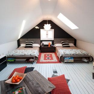 Esempio di una cameretta per bambini da 4 a 10 anni rustica con pavimento in legno verniciato, pavimento bianco e pareti bianche