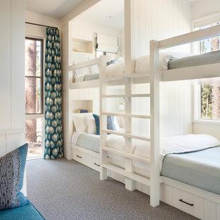 Inspiration för ett mellanstort rustikt könsneutralt barnrum kombinerat med sovrum och för 4-10-åringar, med vita väggar, heltäckningsmatta och grått golv