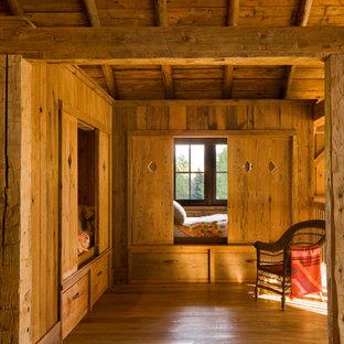 Idéer för att renovera ett rustikt flickrum kombinerat med sovrum och för 4-10-åringar, med mellanmörkt trägolv