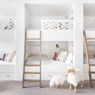 Inspiration för ett rustikt barnrum, med vita väggar, heltäckningsmatta och grått golv