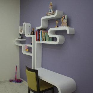 Foto på ett mellanstort funkis barnrum kombinerat med sovrum, med marmorgolv och flerfärgade väggar