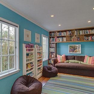 Idee per una cameretta per bambini da 4 a 10 anni mediterranea con pareti blu e pavimento in legno massello medio