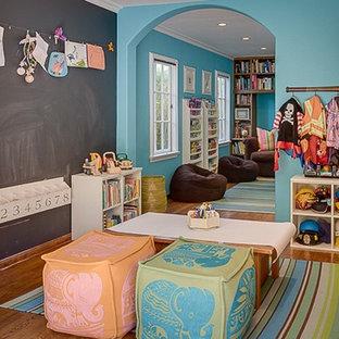 Idéer för ett medelhavsstil könsneutralt barnrum kombinerat med lekrum och för 4-10-åringar, med blå väggar och mellanmörkt trägolv