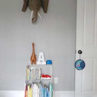 Foto de dormitorio infantil de 4 a 10 años, minimalista, de tamaño medio, con paredes grises, suelo de madera oscura y suelo marrón