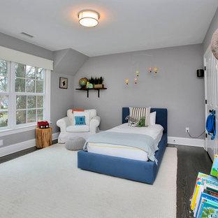 Imagen de dormitorio infantil de 4 a 10 años, moderno, de tamaño medio, con paredes grises, suelo de madera oscura y suelo marrón