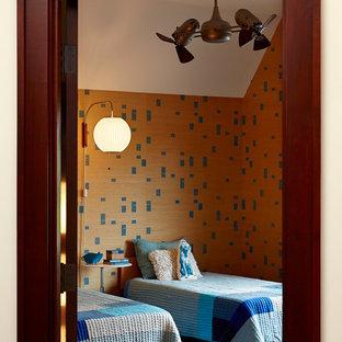 Foto de dormitorio infantil vintage, de tamaño medio, con suelo de madera oscura y paredes multicolor
