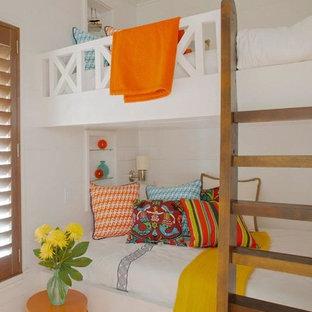 Imagen de dormitorio infantil costero, de tamaño medio, con paredes blancas, suelo de ladrillo y suelo marrón