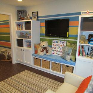 Bild på ett mellanstort könsneutralt barnrum kombinerat med lekrum och för 4-10-åringar, med beige väggar, vinylgolv och brunt golv