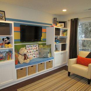 Inspiration pour une chambre d'enfant de 4 à 10 ans de taille moyenne avec un mur beige, un sol en vinyl et un sol marron.