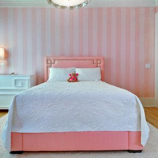 Idées déco pour une chambre d'enfant de 4 à 10 ans classique avec un mur rose et un sol en bois brun.