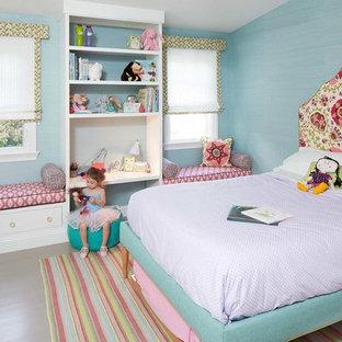 Ejemplo de dormitorio infantil de 4 a 10 años, tradicional, de tamaño medio, con paredes azules y suelo de madera pintada
