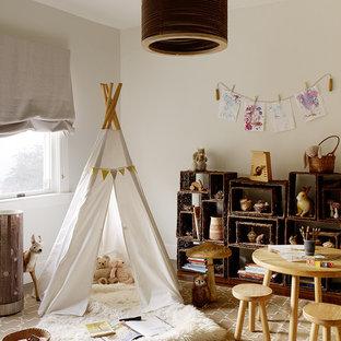 Diseño de dormitorio infantil de 1 a 3 años, rural, con paredes beige y suelo de madera oscura