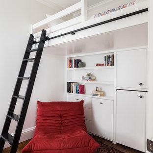 Modelo de dormitorio infantil minimalista con paredes blancas, suelo de madera en tonos medios y suelo marrón
