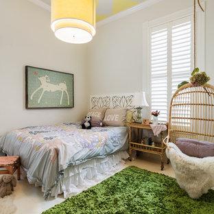 Stilmix Jugendzimmer mit Schlafplatz, beiger Wandfarbe und gebeiztem Holzboden in San Francisco