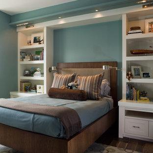 Foto di una cameretta per bambini da 4 a 10 anni classica con pareti blu e parquet scuro