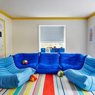 Exemple d'une chambre d'enfant de 4 à 10 ans tendance de taille moyenne avec un mur blanc et un sol en bois foncé.