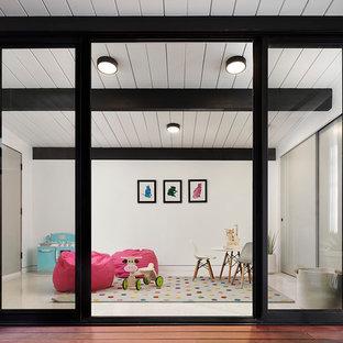 Idéer för att renovera ett litet retro flickrum kombinerat med lekrum och för 4-10-åringar, med röda väggar, vinylgolv och vitt golv