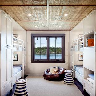 Immagine di una cameretta per bambini stile rurale di medie dimensioni con pareti bianche, parquet scuro e pavimento marrone