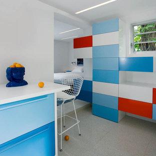 Diseño de dormitorio infantil moderno, de tamaño medio, con paredes blancas, suelo de baldosas de cerámica y suelo gris