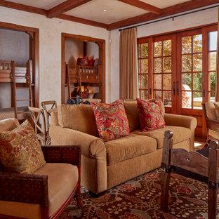 Cette photo montre une chambre neutre méditerranéenne avec un mur beige et un sol rouge.
