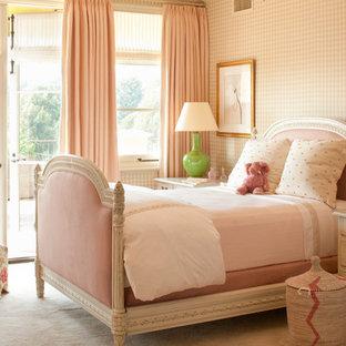 Cette image montre une chambre d'enfant de 4 à 10 ans méditerranéenne de taille moyenne avec moquette, un sol beige et un mur multicolore.