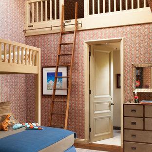 Foto de dormitorio infantil de 4 a 10 años, mediterráneo, de tamaño medio, con paredes multicolor y suelo de madera oscura