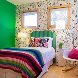 Modelo de dormitorio infantil contemporáneo, de tamaño medio, con suelo de madera clara y paredes multicolor