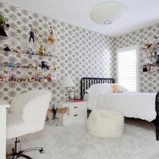 Exemple d'une très grand chambre d'enfant tendance avec un mur blanc et un sol en bois clair.