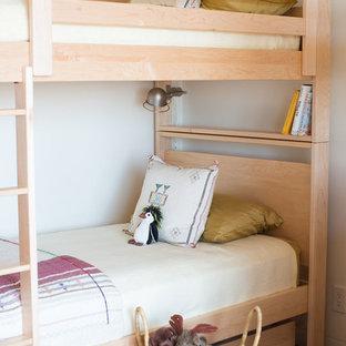 Inspiration pour une chambre d'enfant de 4 à 10 ans sud-ouest américain de taille moyenne avec un mur blanc.