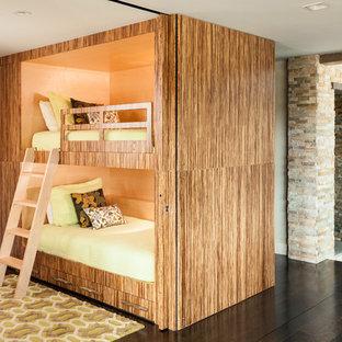 Foto de dormitorio infantil de 4 a 10 años, actual, grande, con suelo de madera oscura, paredes beige y suelo marrón