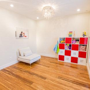 Idee per una cameretta per bambini da 1 a 3 anni contemporanea di medie dimensioni con pareti bianche, pavimento in bambù e pavimento marrone
