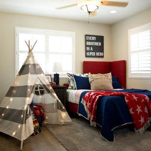 Ejemplo de dormitorio infantil de 4 a 10 años, bohemio, de tamaño medio, con paredes beige y suelo de madera en tonos medios