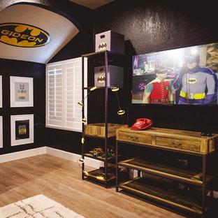 Immagine di una cameretta per bambini da 4 a 10 anni boho chic di medie dimensioni con pareti nere e parquet chiaro
