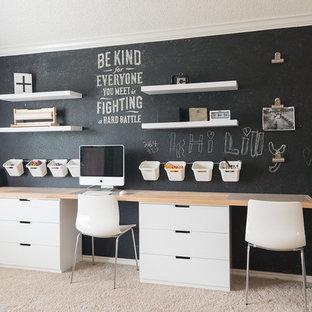 Bild på ett mellanstort funkis könsneutralt tonårsrum kombinerat med skrivbord, med vita väggar och heltäckningsmatta