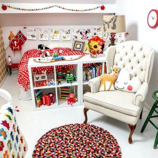 Foto de dormitorio infantil de 1 a 3 años, nórdico, de tamaño medio, con paredes blancas y suelo de madera pintada