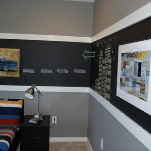 Cette image montre une grand chambre d'enfant de 4 à 10 ans traditionnelle avec un mur gris.
