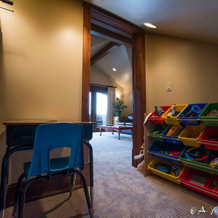 Foto di una piccola cameretta per bambini stile rurale con pareti beige e moquette