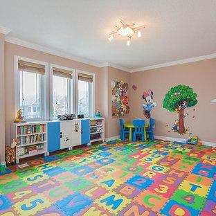 Ejemplo de dormitorio infantil de 1 a 3 años, tradicional, grande, con paredes beige y suelo de madera clara