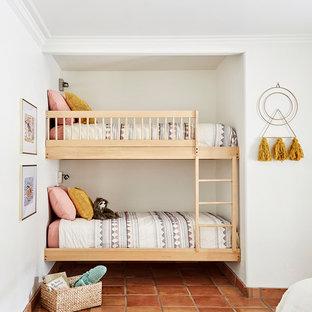 На фото: детская с спальным местом, белыми стенами, полом из терракотовой плитки и оранжевым полом для ребенка от 4 до 10 лет, девочки