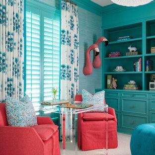 Aménagement d'une chambre d'enfant de 4 à 10 ans exotique avec un mur vert et un sol blanc.