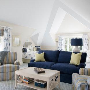 Foto på ett maritimt könsneutralt barnrum kombinerat med sovrum, med beige väggar, heltäckningsmatta och blått golv