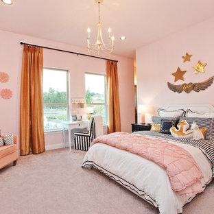 Inspiration för klassiska barnrum, med rosa väggar, heltäckningsmatta och grått golv