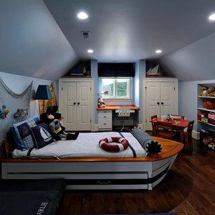 Großes Maritimes Kinderzimmer mit blauer Wandfarbe, Schlafplatz und dunklem Holzboden in Baltimore