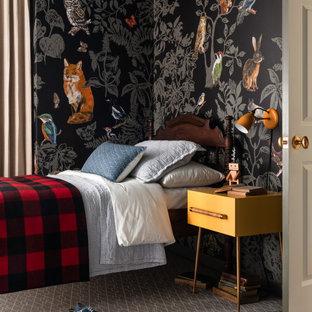 Esempio di una cameretta da letto tradizionale con pareti multicolore, moquette, pavimento grigio e carta da parati